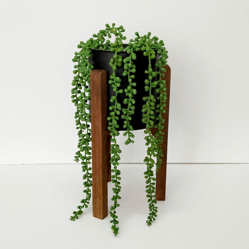 מעמד רגלי עץ עם צמח נשפך